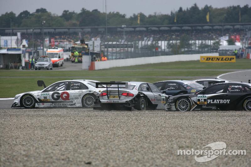 Crash op het nieuwe gedeelte van de baan: Maro Engel, Mücke Motorsport, AMG Mercedes C-Klasse, Miguel Molina, Audi Sport Rookie Team Abt, Audi A4 DTM, Markus Winkelhock, Audi Sport Team Rosberg, Audi A4 DTM, Mattias Ekström, Audi Sport Team Abt Audi A4 DTM