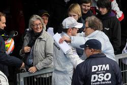 Le vainqueur Paul di Resta, Team HWA AMG Mercedes fête avec Norbert Haug