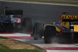 Bruno Senna, Hispania Racing F1 Team and Robert Kubica, Renault F1 Team