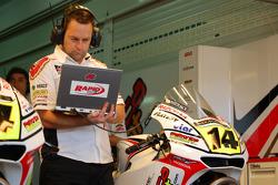 LCR Honda MotoGP teamlid aan het werk