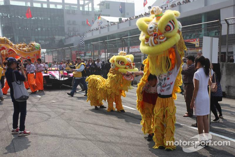 Chinese drakenshow op de startopstelling