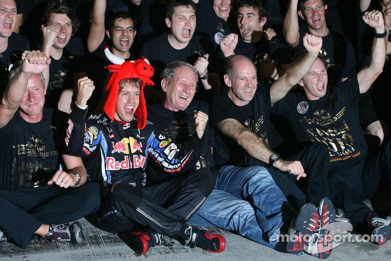 Ganador de la carrera y Campeón del mundo de Fórmula Uno 2010 Sebastian Vettel, Red Bull Racing, celebra con su equipo