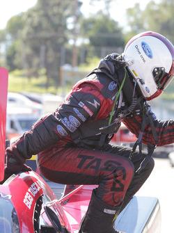 Bob Tasca komt uit zijn Motorcraft/Quick Lane Ford Mustang nadat hij Matt Hagan versloeg in ronde 1 van de NHRA Finals