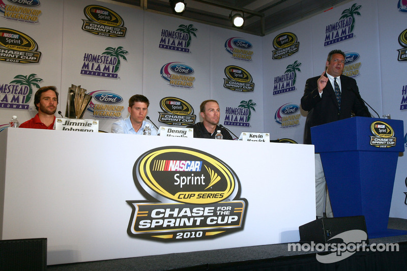 Persconferentie met de titelkandidaten: Jimmie Johnson, Hendrick Motorsports Chevrolet, Denny Hamlin, Joe Gibbs Racing Toyota en Kevin Harvick, Richard Childress Racing Chevrolet