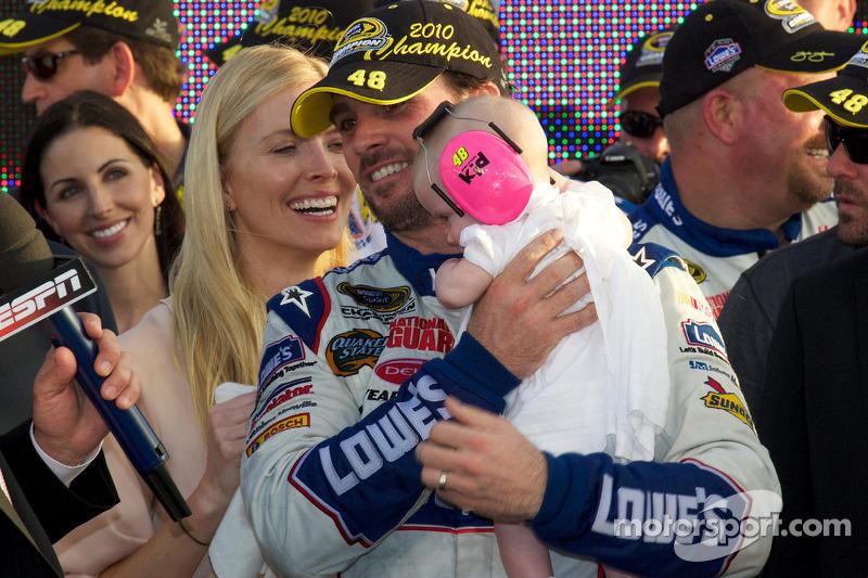De 'victory lane': NASCAR Sprint Cup Series 2010 kampioen Jimmie Johnson, Hendrick Motorsports Chevrolet viert feest met zijn vrouw Chandra en dochter Genevieve Marie
