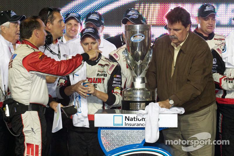 De 'victory lane': NASCAR president Mike Helton en de beker