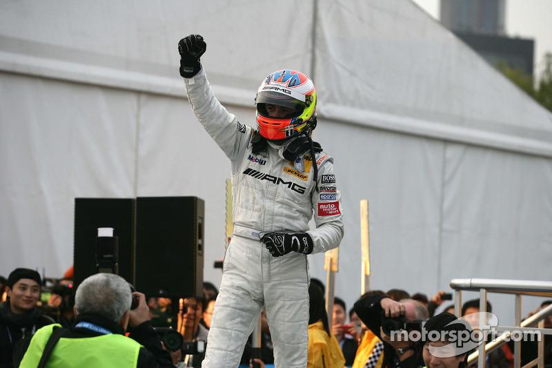 DTM 2010 kampioen Paul di Resta, Team HWA AMG Mercedes C-Klasse viert feest
