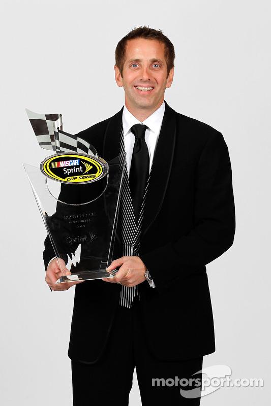 NASCAR rijder Greg Biffle met trofee 6de plaats