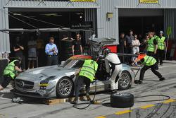 Arrêt au stand pour la #7 Black Falcon Mercedes Benz SLS AMG GT3: Thomas Jäger, Kenneth Heyer, Jan Seyffarth, Sean Paul Breslin