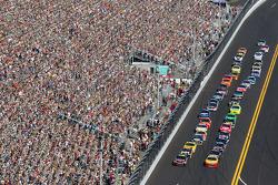 Jeff Gordon, Hendrick Motorsports Chevrolet and Kurt Busch, Penske Racing Dodge lead the field to th
