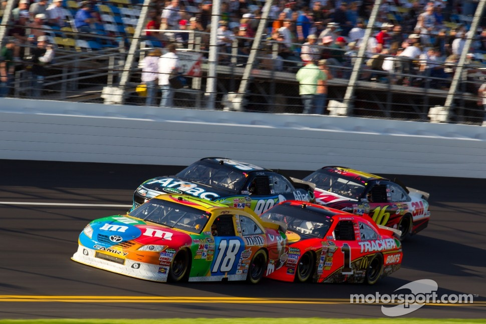 Kyle Busch, Joe Gibbs Racing Toyota, Jamie McMurray, Earnhardt Ganassi Racing Chevrolet, Carl Edwards, Roush Fenway Racing Ford, Greg Biffle, Roush Fenway Racing Ford