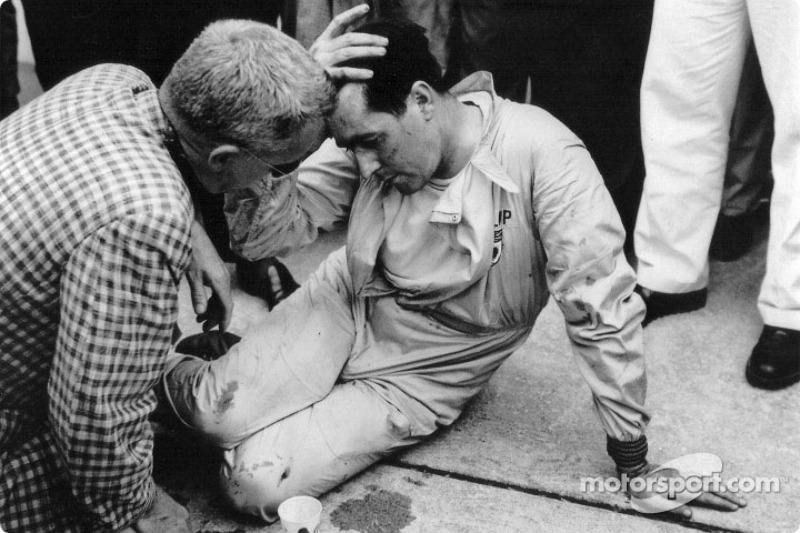 Jack Brabham fait une pause après avoir poussé sa Cooper-Climax sur plus de 500m jusqu'à la ligne d'arrivée