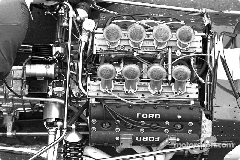 El motor de Ford DFV V8 de 3.0 litros empaquetado cuidadosamente en la parte trasera del Lotus 49.