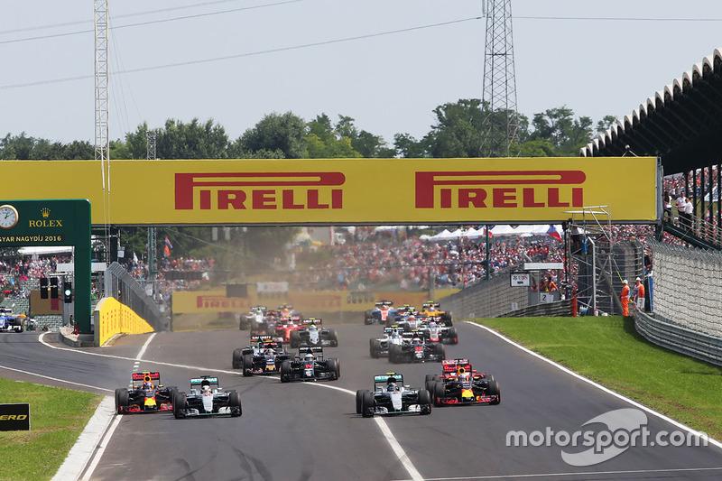 Max Verstappen, Red Bull Racing RB12; Lewis Hamilton, Mercedes AMG F1; Nico Rosberg, Mercedes AMG F1; y Daniel Ricciardo, Red Bull Racing Batalla por el liderato en el inicio de la carrera