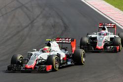 Esteban Gutierrez (Haas F1 Team VF-16) és csapattársa Romain Grosjean (Haas F1 Team VF-16)