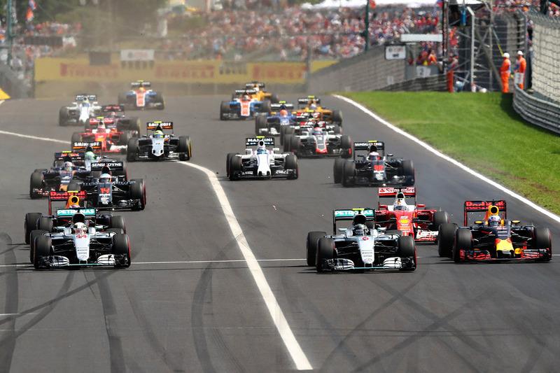 Salida del GP de Hungría con Hamilton por el interior