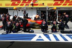 Max Verstappen, Red Bull Racing RB12 in de pits