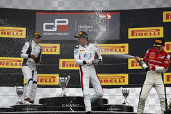 Alexander Albon, ART Grand Prix Oscar Tunjo, Jenzer Motorsport et Charles Leclerc, ART Grand Prix célèbrent