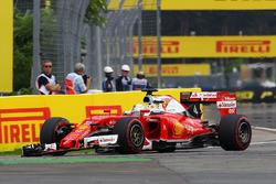 Sebastian Vettel, Ferrari SF16-H con l'ala anteriore rotta