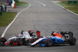 Romain Grosjean, Haas F1 Team VF-16; Pascal Wehrlein, Manor Racing MRT05