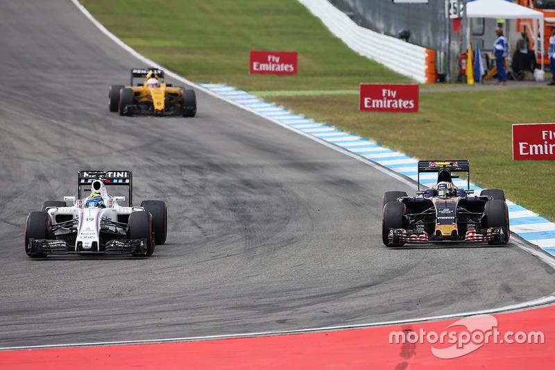 Felipe Massa, Williams FW38 e Carlos Sainz Jr., Scuderia Toro Rosso STR11 lottano per la posizione