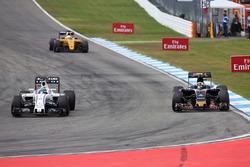 Felipe Massa, Williams FW38 y Carlos Sainz Jr., Scuderia Toro Rosso STR11 luchan por la posición