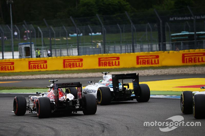 Carlos Sainz Jr., Scuderia Toro Rosso STR11 e Felipe Massa, Williams FW38 lottano per la posizione