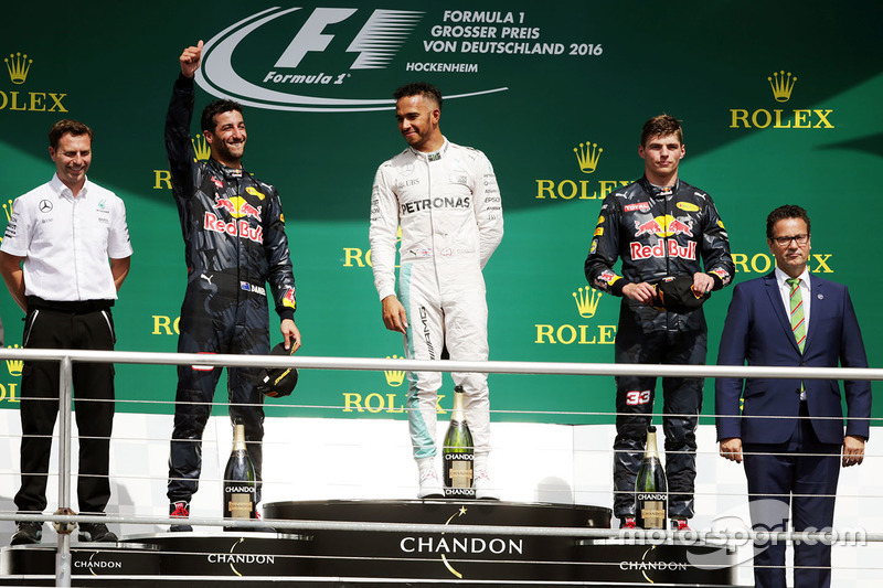 Podio: il vincitore Lewis Hamilton, Mercedes AMG F1, il secondo classificato Daniel Ricciardo, Red Bull Racing, il terzo classificato Max Verstappen, Red Bull Racing