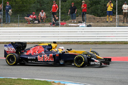 Carlos Sainz Jr., Scuderia Toro Rosso STR11 et Kevin Magnussen, Renault Sport F1 Team RS16 en lutte pour une position