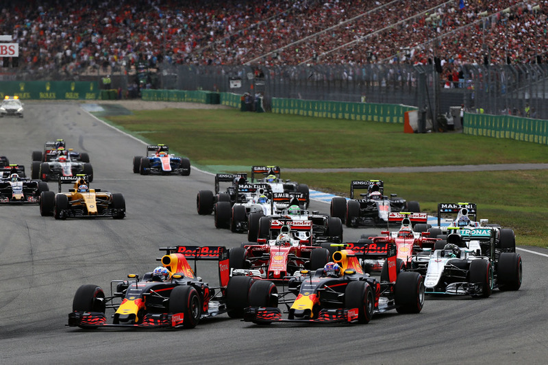 Daniel Ricciardo, Red Bull Racing RB12 y Max Verstappen, Red Bull Racing RB12 al inicio de la carrera