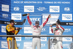 Podio: ganador de la carrera José María López, Citroën World Touring Car Team, segundo lugar Tom Coronel, Roal Motorsport, tercer lugar Rob Huff, Honda Racing Team JAS