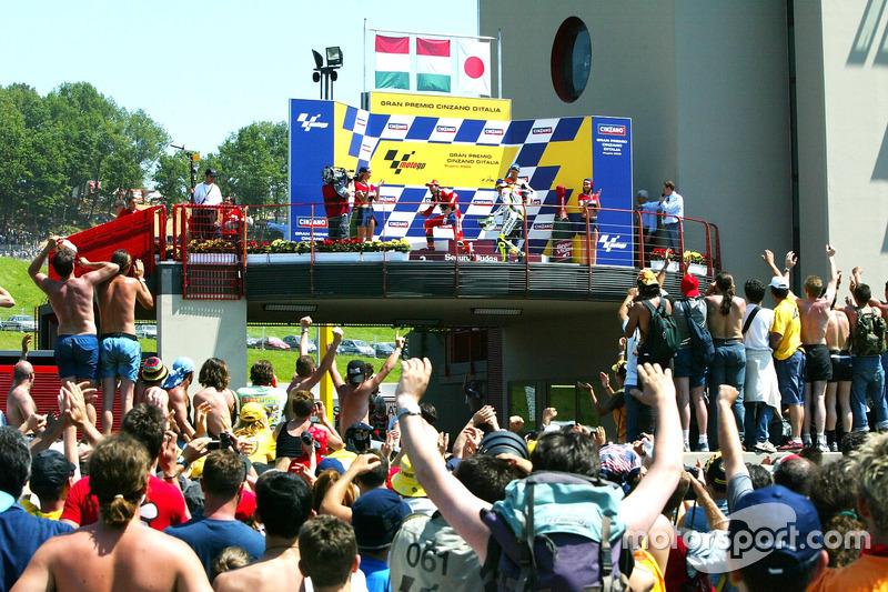 Podio: ganador de la carrera Valentino Rossi; Max Biaggi el segundo lugar y tercer lugar Tohru Ukawa