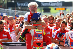 Winnaar Andrea Iannone, Ducati Team en Gigi Dall'Igna, Ducati Team General Manager