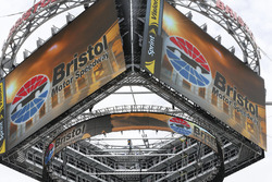 """""""Colossus"""": Der riesige Anzeigewürfel über dem Bristol Motor Speedway"""