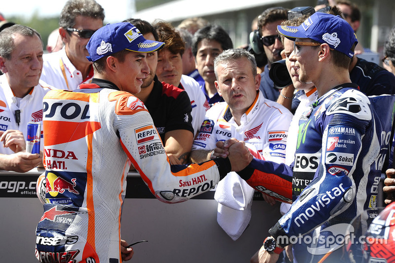 Il poleman Marc Marquez, Repsol Honda Team con il secondo qualificato Jorge Lorenzo, Yamaha Factory Racing nel parco chiuso