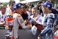 Polesitter Marc Marquez, Repsol Honda Team met tweede plaats Jorge Lorenzo, Yamaha Factory Racing in parc ferme