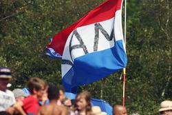Fans en een vlag voor Max Verstappen, Red Bull Racing