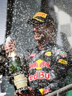 Подиум: Даниэль Риккардо, Red Bull Racing празднует второе место с шампанским на подиуме