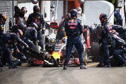Max Verstappen, Red Bull Racing RB12 maakt een pitstop