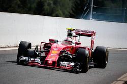 Кими Райкконен, Ferrari SF16-H заезжает на пит-стоп с проколом