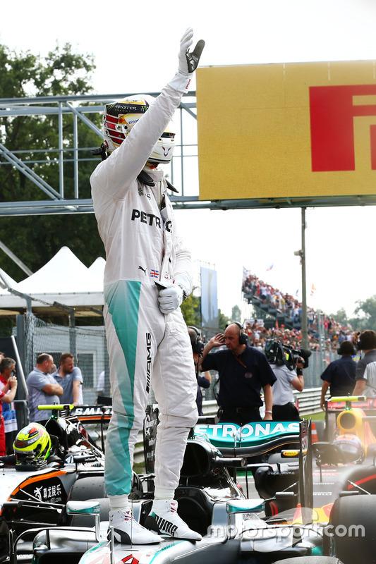 Lewis Hamilton, Mercedes AMG F1 W07 Hybrid celebra su pole position en parc ferme
