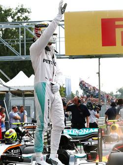 Льюіс Хемілтон, Mercedes AMG F1 святкує поул у закритому парку