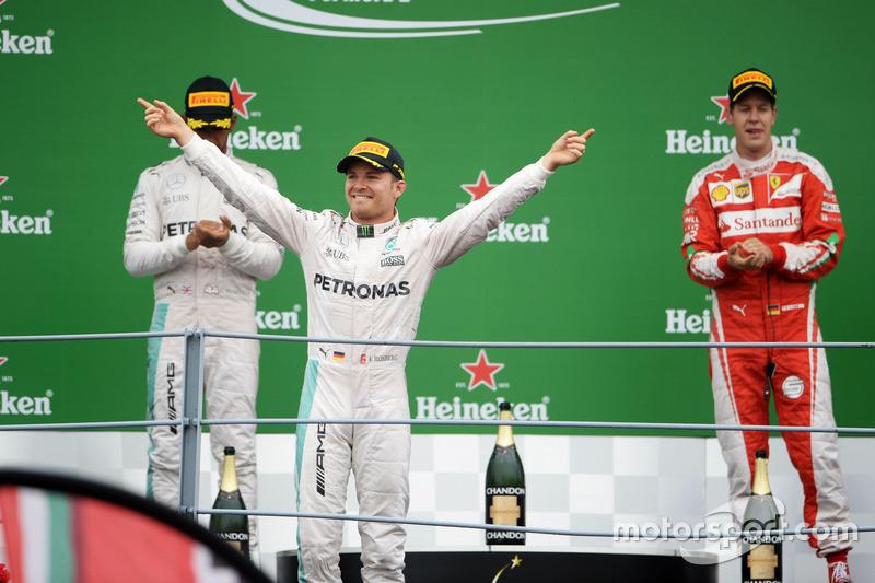 Ganador, Nico Rosberg, Mercedes AMG F1 celebra en el podium