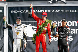 Podium: Sieger Scott Dixon, Chip Ganassi Racing, Chevrolet; 2. Josef Newgarden, Ed Carpenter Racing, Chevrolet; 3. Helio Castroneves, Team Penske, Chevrolet