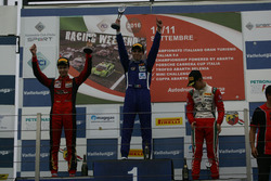 Podio carrera 1: segundo lugar Artem Petrov, DR Formula, ganador de la carrera Raúl Guzmán Marchina, DR Formulay el tercer lugar Mick Schumacher, Prema Power Team