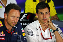 Christian Horner, teambaas Red Bull Racing en Toto Wolff, teambaas Mercedes AMG F1 in de persconferentie