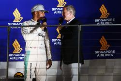(Da sx a dx): Lewis Hamilton, Mercedes AMG F1 con Martin Brundle, Commentatore Sky Sports sul podio