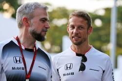 Jenson Button, McLaren con Adam Cooper, addetto stampa McLaren