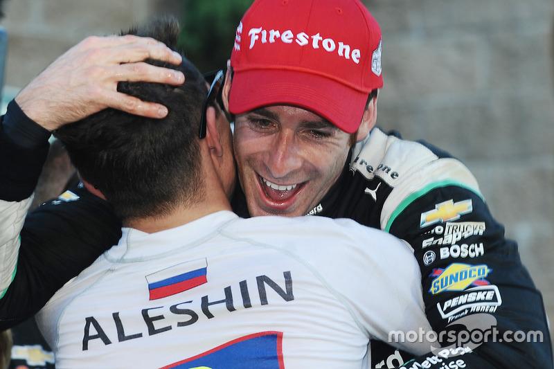Алешин поздравляет бывшего напарника по SPM Симона Пажено с чемпионским титулом IndyCar