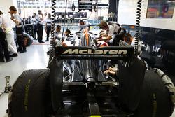 Работа в боксах McLaren